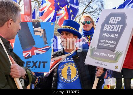London, UK. 25th Mar 2019. Steve Bray, Activist, SODEM confronts a Pro Brexit demonstrator, Remain Protest, Houses of Parliament, Westminster, London Credit: michael melia/Alamy Live News - Stock Image