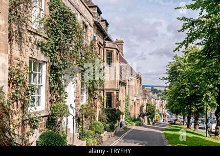 Burford (England, Cotswolds) High Street; Straße in Burford - Stock Image