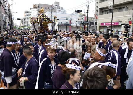 TOKYO, JAPAN - MAY 18: Participants clad in traditional happi coats carry a portable shrine as they parade in the streets of Asakusa during Tokyo's one of the largest three day festival called 'Sanja Matsuri' on May 18, 2019 in Tokyo, Japan. A boisterous traditional mikoshi (portable shrine) is carried in the streets of Asakusa to bring good luck, blessings and prosperity to the area and its inhabitants. (Photo: Richard Atrero de Guzman/ AFLO) - Stock Image
