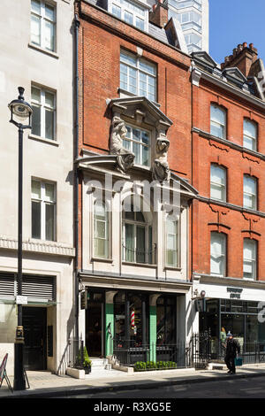82 Mortimer Street, London, a late Victorian shop facade with influence from Michelangelo, by Arthur Beresford Pite, 1897. - Stock Image