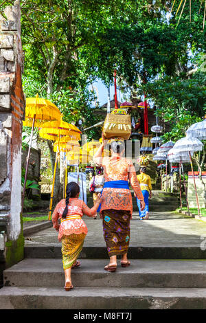 UBUD, INDONESIA - MARCH 2: Balinese woman with her daughter in traditional clothes during the celebration before - Stock Image