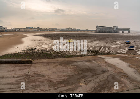 Weston-super-Mare, North Somerset, England, UK - October 05, 2018: Morning dust at the beach and the Grand Pier - Stock Image