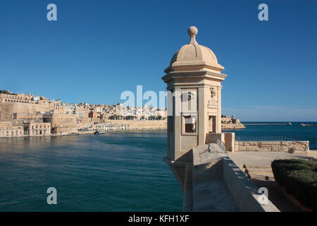 Fortifications around the Grand Harbour, Malta, Europe. Sentrybox at Senglea Point, with the historic walled city - Stock Image