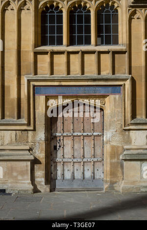 A beautiful oak door to the Bodleian Library in the Old Schools Quadrangle, Oxford - Stock Image