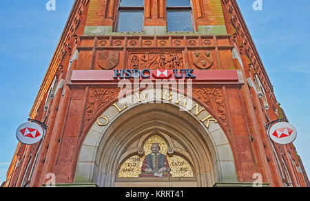 The façade of the HSBC bank building in Stratford upon Avon features an inlayed portrait mosaic of William - Stock Image