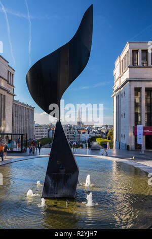 The Whirling Ear statue by Alexander Calder, Mont des Arts, Brussels, Belgium. Tower of La Maison du Roi in the back - Stock Image