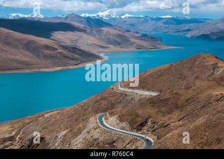 Yamdrok Tso (Lake), Tibet, China, overlooked by Mt Noijin Kangtsang (7191m) - Stock Image
