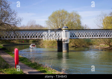 Victorian cast iron bridge over the River Thames, originally serving the Gasworks - Stock Image