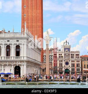 St Mark's square and bell tower, Venice Italy IT: Piazza San Marco, Campanile, Venezia Italia DE: Markusplatz, - Stock Image