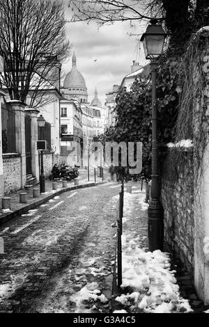 Little street and Sacre Coeur in Montmartre, Paris, France - Stock Image