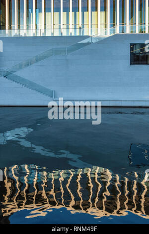 Berlin, Mitte. The James Simon Gallery  - new visitor centre designed by architect David Chipperfield and reflection in canal. - Stock Image