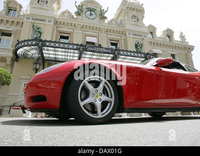 A red Ferarri stand in front of the Casino in Monte Carlo, Monaco, 25 May 2007. Photo: Roland Weihrauch - Stock Image