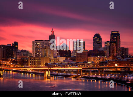 Orange and oink sunset over Saint Paul skyline in late winter. - Stock Image