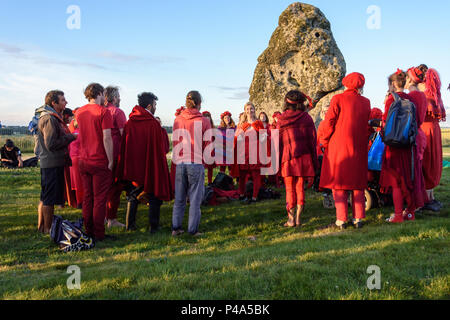 Stonehenge, Amesbury, UK, 20th June 2018,   Group gathered singing at the start of the summer solstice at Stonehenge  Credit: Estelle Bowden/Alamy Live News. - Stock Image