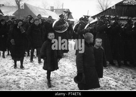 65 Narcyz Witczak-Witaczyński - Pogrzeb plutonowego Stanisława Seweryna z 1 Dywizjonu Żandarmerii (107-1104-18) - Stock Image