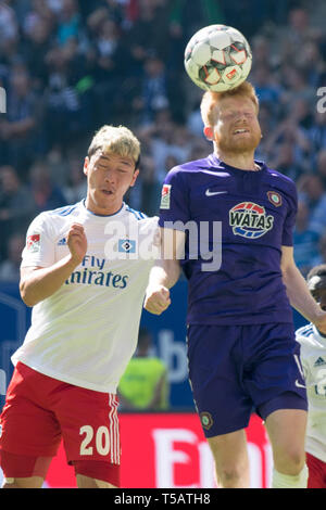 Hamburg, Deutschland. 20th Apr, 2019. Hee Chan HWANG (left, HH) in the header duel with Fabian KALIG (AUE), dogfight, action, duels, football 2. Bundesliga, 30. matchday, Hamburg Hamburg Hamburg (HH) - FC Erzgebirge Aue (AUE) 1: 1, on 20.04.2019 in Hamburg/Germany. ¬ | usage worldwide Credit: dpa/Alamy Live News - Stock Image