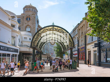 Bournemouth, UK. 7th July 2018. Shopping in Bournemouth during the July heatwave. Credit: Thomas Faull / Alamy Live News - Stock Image