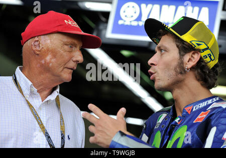 FILE: 21st May 2019. Former Formula One driver Niki Lauda passed away peacefully this morning aged 70. Photo taken: Brno, Czech Republic. 16th Aug, 2015. Grand Prix of the Czech Republic 2015, MotoGP, Austrian former Formula One driver Niki Lauda (left) and Valentino Rossi of Italy, Czech Republic, August 16, 2015, Brno, Czech Republic. Credit: Vaclav Salek/CTK Photo/Alamy Live News - Stock Image