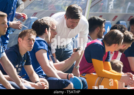 Hamburg, Deutschland. 20th Apr, 2019. Ralf BECKER (mi., Sports director, HH) is short before the end of the game to show the results of other games on the phone, result, half figure, half figure, football 2nd Bundesliga, 30th matchday, Hamburg Hamburg Hamburg (HH) - FC Erzgebirge Aue (AUE), on 20.04.2019 in Hamburg/Germany. ¬ | usage worldwide Credit: dpa/Alamy Live News - Stock Image