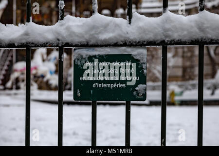 Parisian park closed because of snow. French text explains it. - Stock Image