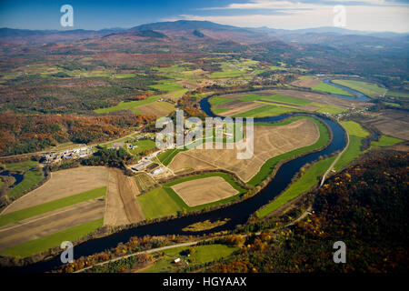 The Connecticut River flows through farmland in Newbury, Vermont and Haverhill, New Hampshire.  Mount Moosilaukee - Stock Image