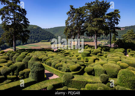 Topiary in the gardens of the Jardins de Marqueyssac in the Dordogne region of France. - Stock Image
