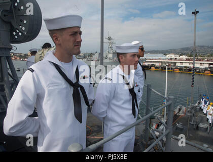 180828-N-AA175-1063 LOS ANGELES (August 28, 2018) Mineman 2nd Class Justin Ormsby, left, and Mineman 3rd Class William Brush man the rails aboard the Avenger-class mine countermeasures ship USS Scout (MCM 8) as the ship pulls into the Port of Los Angeles to begin Los Angeles Fleet Week (LAFW).  LAFW is an opportunity for the American public to meet their Navy, Marine Corps and Coast Guard teams and experience America's sea services.  During fleet week, service members participate in various community service events, showcase capabilities and equipment to the community, and enjoy the hospitalit - Stock Image