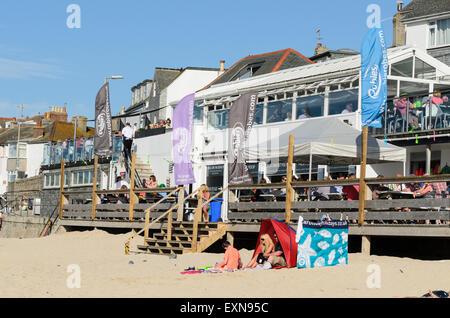 Porthmeor Beach Cafe, a popular venue for food and drink on Porthmeor Beach, St Ives, Cornwall, England, U.K. - Stock Image