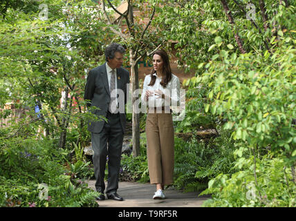 The Duchess of Cambridge with Sir Nicholas Bacon, chairman of the Royal Horticultural Society, at the RHS Chelsea Flower Show at the Royal Hospital Chelsea, London. - Stock Image