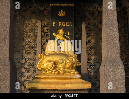 Gold plated Cenotaph of Birger Jarl, attributed to be the founder of Stockholm, Eastern exterior of City Hall building, Stockholm, Sweden. - Stock Image