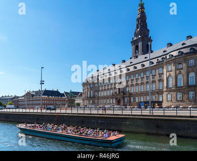 River cruise on the Slotholmens canal with Christiansborg Slot (Christiansborg Palace), Copenhagen, Denmark - Stock Image