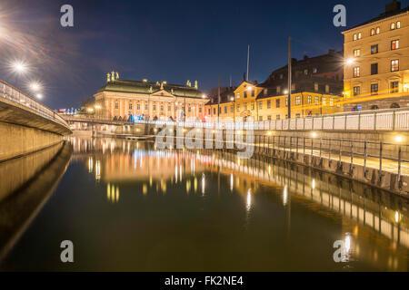 Night view of Riddarholmskanalen, the canal separating Riddarholmen, left, from Gamla Stan, right, Stockholm, Sweden - Stock Image