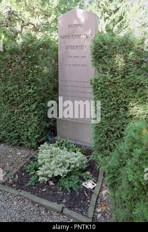 Hans Christian Andersen's grave in the Assistens Cemetery in Nørrebro in Copenhagen. A visitor has left a papercut for which H.C. Andersen was famous. - Stock Image
