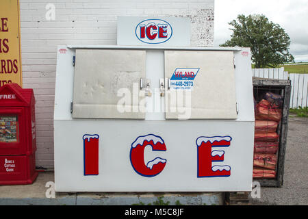 Ice chest in front of convenience store with ice for sale - Stock Image