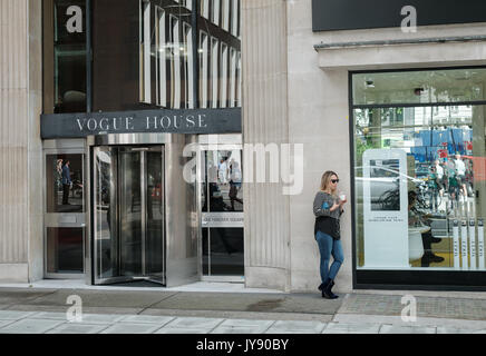 Vogue House, head office of the fashion magazine owned by Conde Nast. Mayfair, London, UK - Stock Image