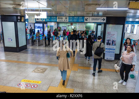 Passengers in the concourse of a metro station  in Seoul, South Korea - Stock Image