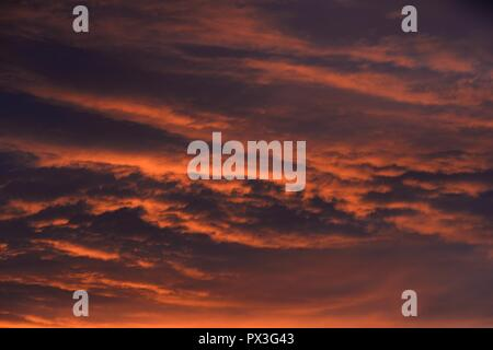 Glasgow, Scotland, UK. 19th October, 2018. UK weather. Red sky this morning over Glasgow makes for a rather dramatic start to the day even if the forecast for later isn't great. Credit: Douglas Carr/Alamy Live News - Stock Image