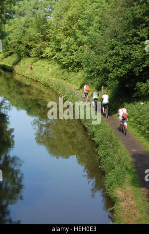 A family group cycling on the towpath along the Stratford-upon-Avon Canal - Stock Image
