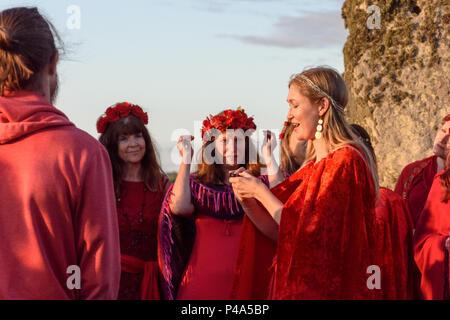 Stonehenge, Amesbury, UK, 20th June 2018,   Ladies singing at the summer solstice  Credit: Estelle Bowden/Alamy Live News. - Stock Image