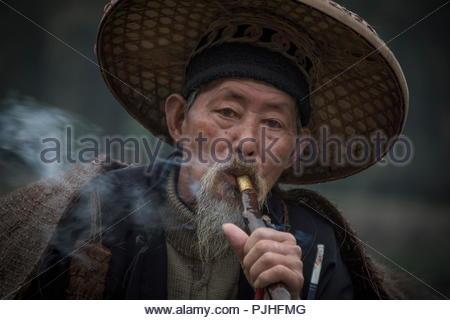 China, traditional old man smoking. - Stock Image