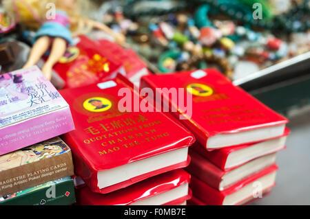 Chairman Mao's Little Red Book on sale at Upper Lascar Row street market, Sheung Wan, Hong Kong - Stock Image