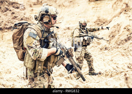U.S. Army commandos during an enemy reconnaissance mission in the desert. - Stock Image