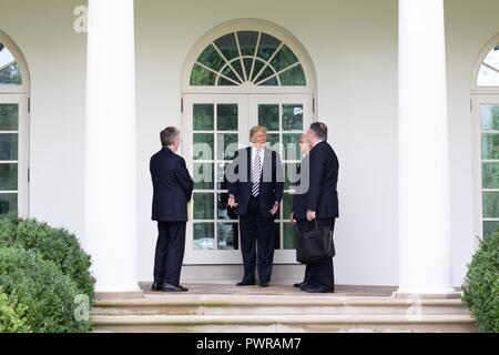 U.S President Donald Trump, center, talks with Vice President Mike Pence and Secretary of State Mike Pompeo following a meeting with Polish President Andrzej Duda on the Colonnade of the White House September 18, 2018 in Washington, DC. - Stock Image