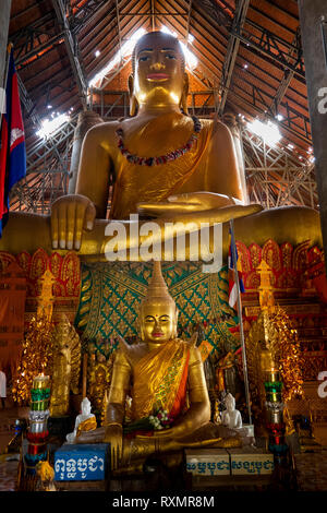 Cambodia, Phnom Penh, Oudong, Vihear Preah Ath Roes, huge golden Buddha statue in reconstructed vihar - Stock Image