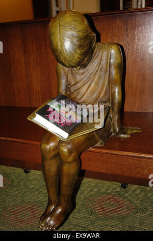 Handley library, Winchester, Virginia. Bronze sculpture of 'Library Lil' by Lawrence Nowlan - Stock Image