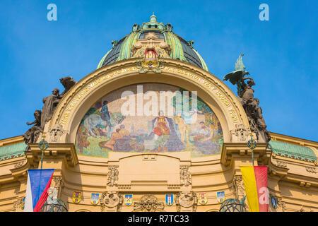 Art nouveau Prague, view of a colorful mosaic along the roofline of the art nouveau styled Obecni dum (Municipal House) building in Prague, Czech Rep. - Stock Image