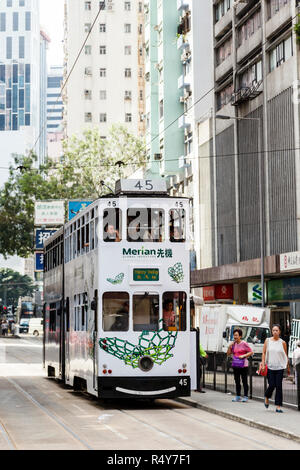 Tram on Hennessy Road on Hong Kong Island - Stock Image