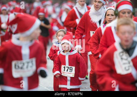 Glasgow, Scotland, UK - 9 December 2018: thousands of santas running through the streets of Glasgow today in the annual Santa Dash Credit: Kay Roxby/Alamy Live News - Stock Image