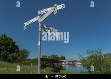 Sign-posted cyle routes at the Eider River near Hohne, Eider-Treene-Sorge-Niederung, Tielenhemme, Dithmarschen, Schleswig-Holstein, Germany - Stock Image
