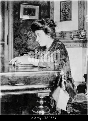 Rosa Luxemburg at her home in Berlin, photograph, 1907 - Stock Image